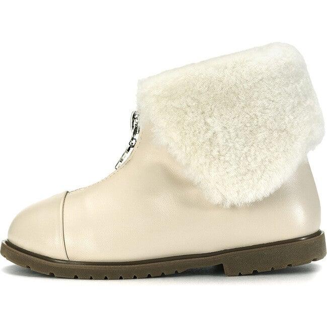 Lucia Boots, Milk