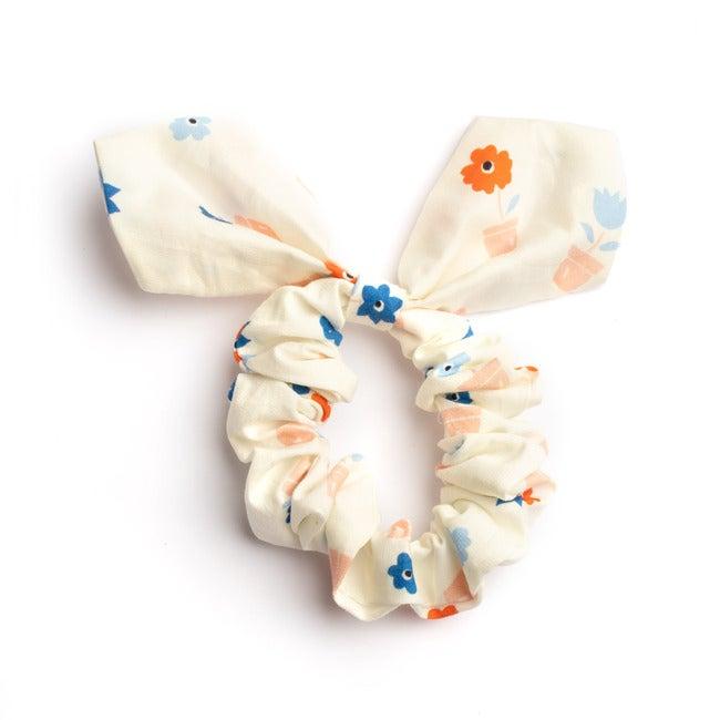 Lola Hairtie, White Flower Pots